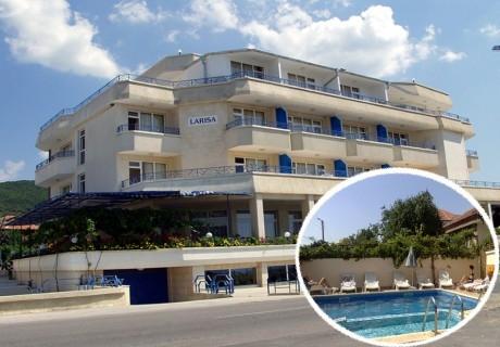 Нощувка на човек на 200 метра от плажа + басейн в хотел Лариса, Свети Влас