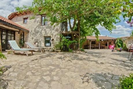 Нощувка за до 9 човека + трапезария и голямо външно барбекю в новооткрита къща Casa Inglesa - с. Изгрев, само на 20 км от Варна