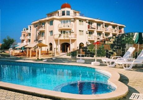 Нощувка на човек + басейн в семеен хотел Маргарита, Кранево