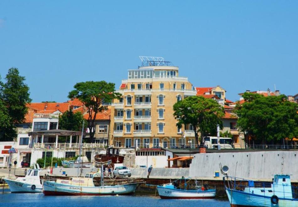 Нощувка на човек със закуска на 100 метра от плажа в Поморие в семеен хотел Парос***