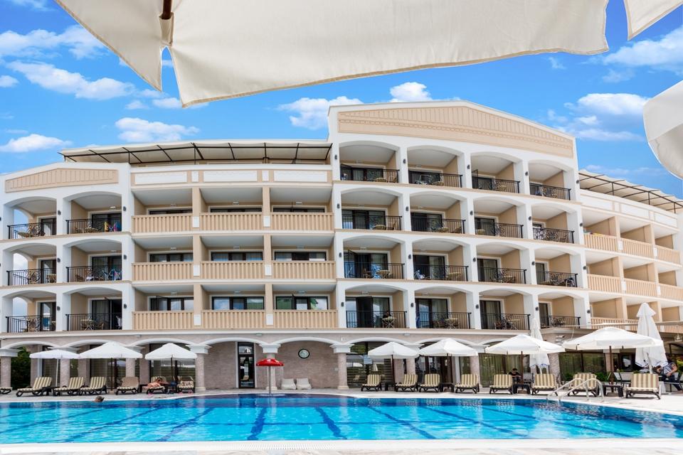 Нощувка на човек със закуска и вечеря + басейн и СПА от хотел Сиена палас****, Приморско. Дете до 12г. – БЕЗПЛАТНО