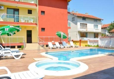Нощувка на човек със закуска и вечеря + басейн и релакс зона от хотел Жаки, Кранево