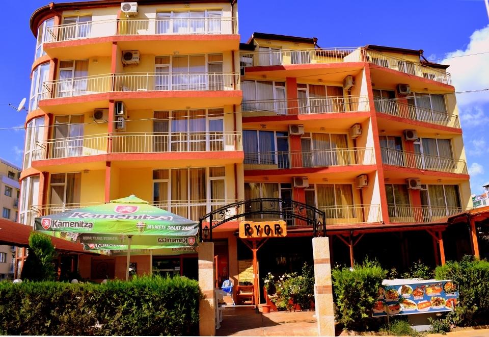 Нощувка на човек със закуска + басейн в хотел Риор, Слънчев бряг. Дете до 12г. – БЕЗПЛАТНО