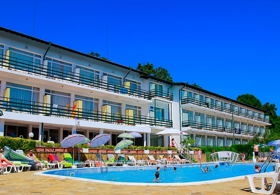 Нощувка на човек на база All Inclusive + басейн в хотел Кини Парк, Златни пясъци