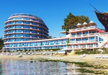 ПЪРВА ЛИНИЯ в Константин и Елена. Нощувка на човек на база All Inclusive + плаж пред хотела + 2 минерални басейна в хотел Сириус Бийч****