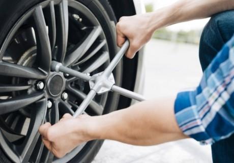Смяна 2 броя на гуми: сваляне, качване, монтаж, демонтаж на промо цени от автоцентър Торнадо, ул. Опълченска №15