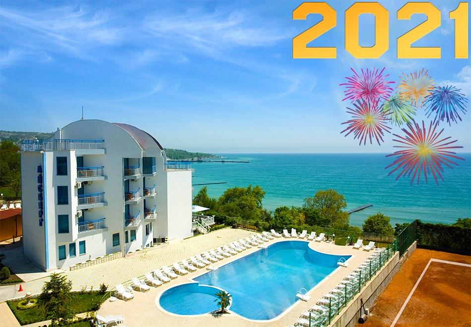 Нова Година на брега на морето в Балчик! 3 нощувки на човек със закуски и вечери - едната празнична в хотел Айсберг