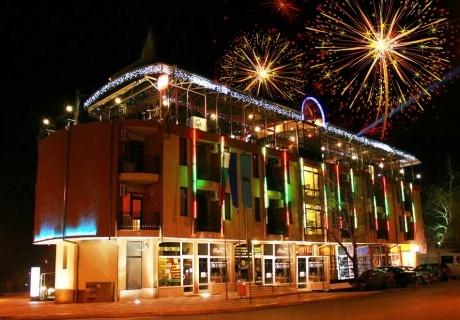 Нова година в хотел Амбарица, Горна Оряховица! 2 или 3 нощувки на човек със закуски и празнична вечеря + басейни и релакс пакет