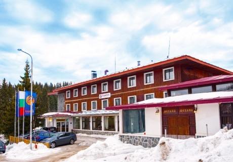 Нощувка на човек със закуска и вечеря в хотел Камена, Пампорово