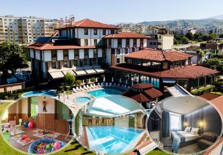 Нощувка на човек със закуска и вечеря + минерален басейн и СПА пакет в хотел Езерец, Благоевград