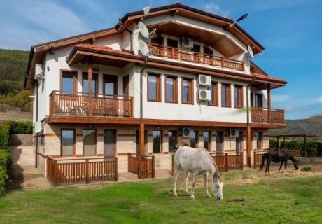Нощувка на човек със закуска + конна езда в къща за гости Рая, с. Кормянско на 3 км. от Севлиево