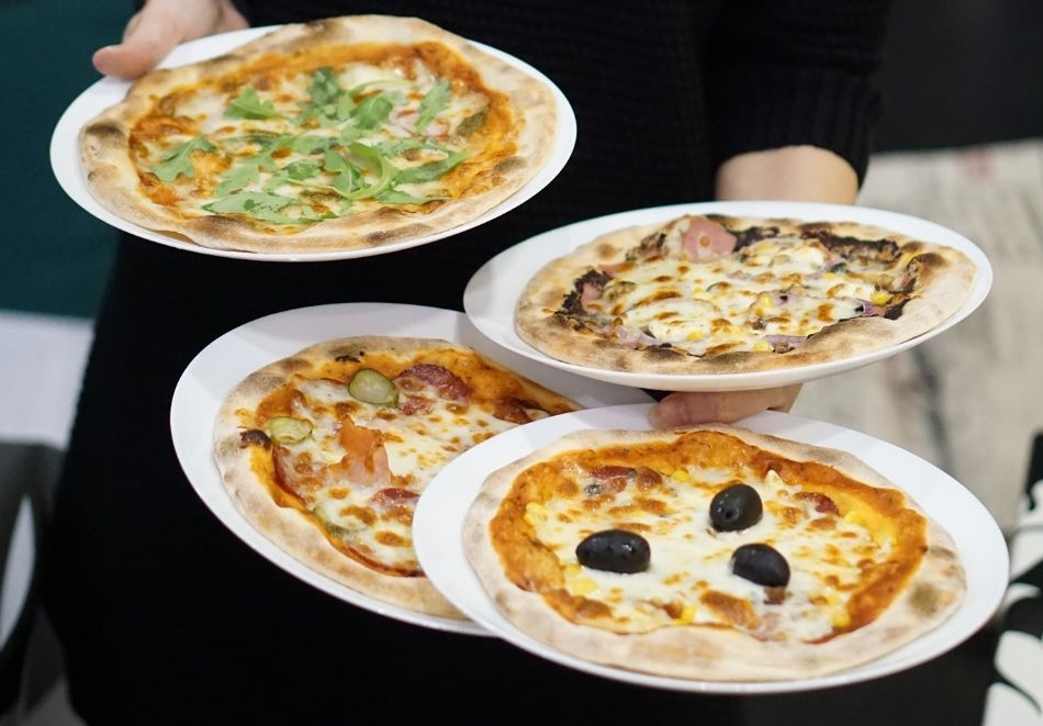 Пица по избор от менюто + чаша вино от Valente bar coffee, Варна