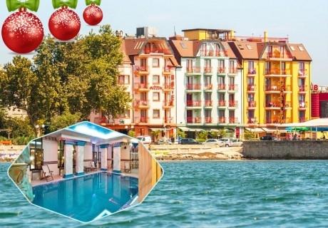 Коледа в Поморие! 3 нощувки на човек със закуски, вечеря на Бъдни вечер и празничен коледен обяд + басейн и СПА в хотел Сейнт Джордж****