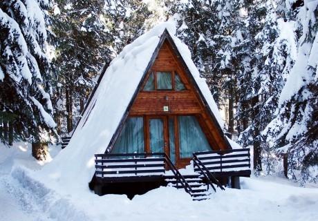 Нощувка в напълно оборудвана къща за до 5 човека + басейн и сауна във Вилни селища Ягода и Малина, Боровец