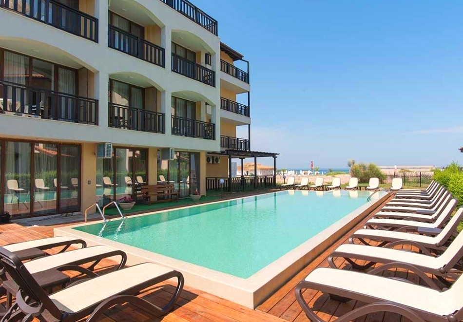 Нощувка за двама в двойна стая с частична или цялостна гледка море + басейн в хотел Оазис дел Сол на първа линия, плаж Оазис Бийч, Лозенец