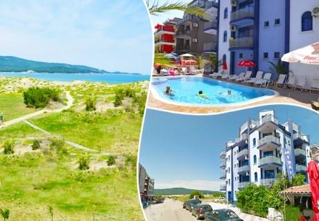 На 50 м. от плажа в Приморско! Нощувки на човек + басейн в хотел Калипсо Блу