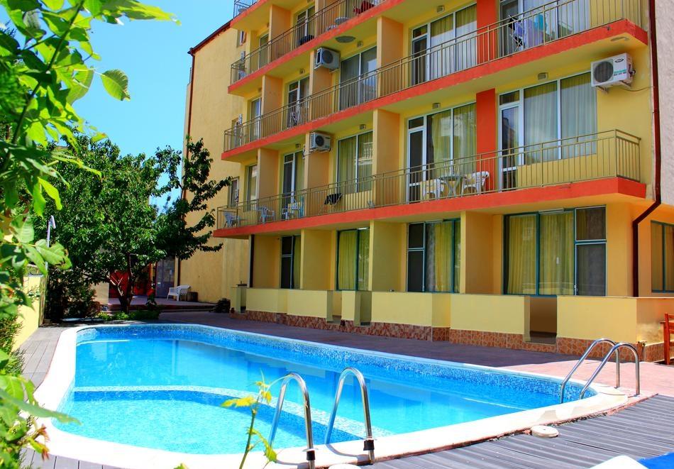 Нощувка на човек + басейн в хотел Риор, Слънчев бряг. Дете до 12г. – БЕЗПЛАТНО!