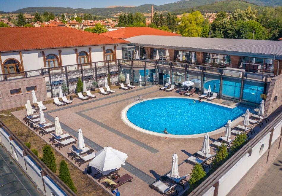 Уикенд в хотел Каменград****, Панагюрище! Нощувка на човек със закуска и вечеря + закрит плувен минерален басейн и СПА!