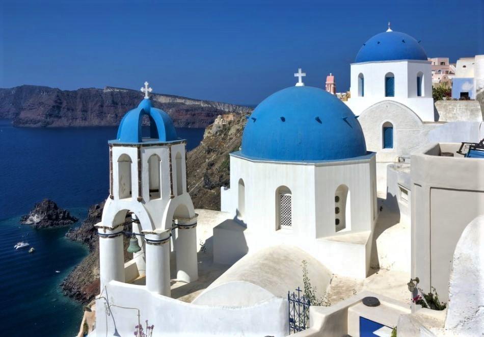 Самолетна екскурзия през юли и август до о.Санторини, Гърция. Самолетен билет от София + 7 нощувки на човек със закуски в хотел The Best 3*!