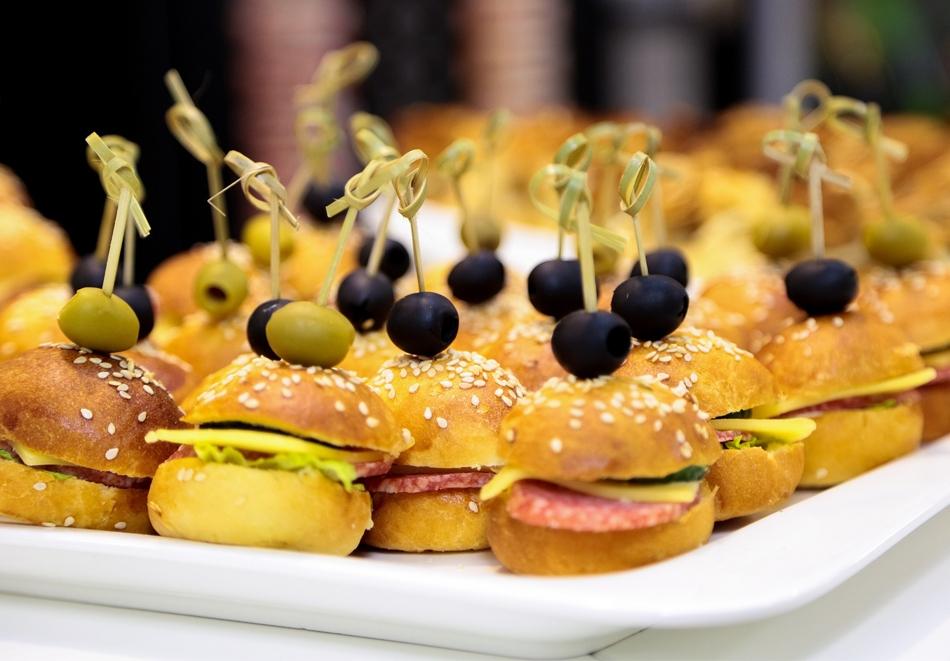 Кетъринг сет тийн рожден ден мини сандвичи, мини кроасанчета, микс панета и шишчета с парти кюфтенца от Кулинарна работилница Деличи, София