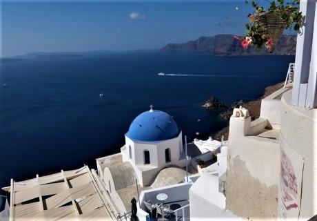 Почивка в Санторини от юни до септември! Самолетен билет от София + 7 нощувки на човек със закуски в хотел 3*!