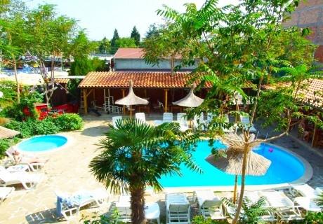 Нощувка на човек със закуска + басейн в хотел Тропикана, Равда
