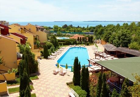 Нощувка със закуска на човек + басейн в семеен хотел Ялта, между Слънчев бряг и Св. Влас
