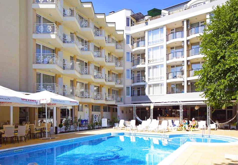 Нощувка със закуска на човек + басейн в хотел Карлово, Слънчев бряг