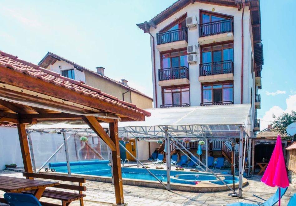 Майски празници в с. Баня, до Банско!3 + нощувки за 2-ма, 3-ма или 4-ма със закуски  + минерален басейн в семеен хотел Карпе Дием