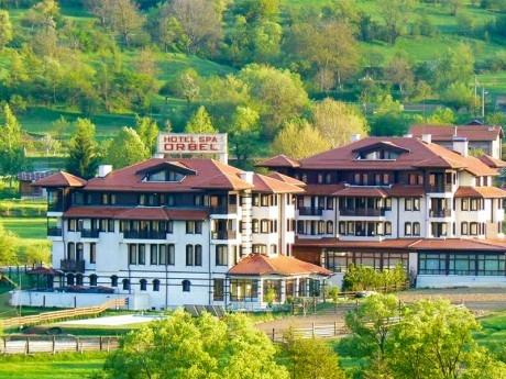 Нощувка на човек със закуска и вечеря + минерален басейн и релакс пакет в хотел Орбел****, Добринище