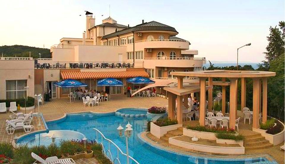 Нощувка на човек със закуска, обяд и вечеря + басейн в хотел Белвю, Златни пясъци