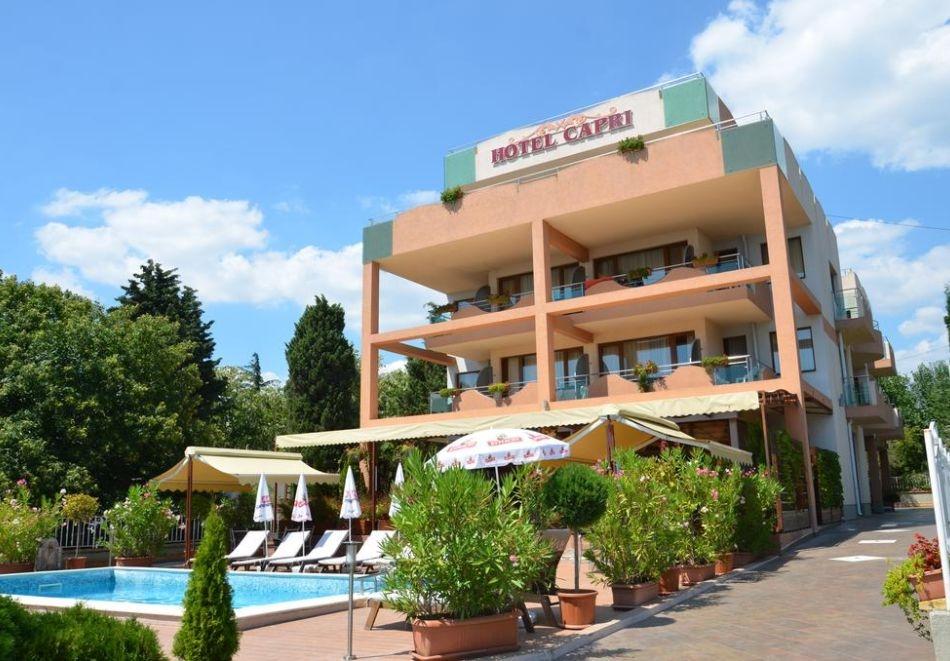 Нощувка на човек + басейн в хотел Капри, на ПЪРВА ЛИНИЯ в Несебър
