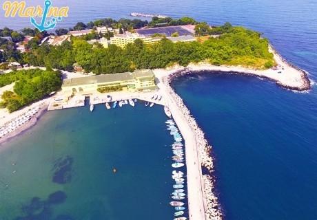 На първа линия в Китен! Нощувка на човек със закуска + шезлонг и чадър на плажа от хотел Марина***