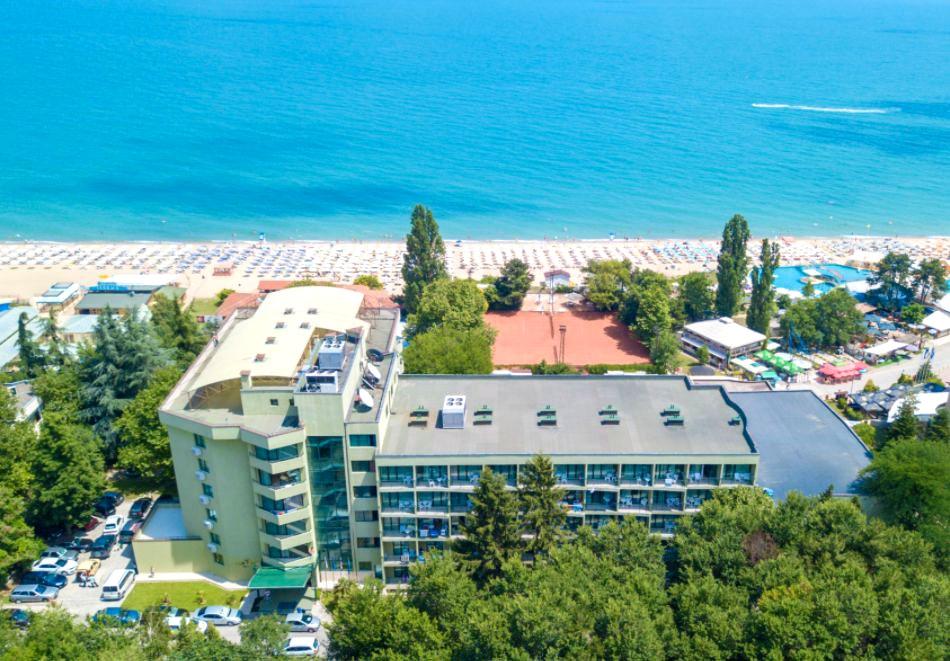 Почивка в Златни пясъци на 30м. от плажа! Нощувка на човек със закуска и вечеря + басейн в хотел Палм Бийч