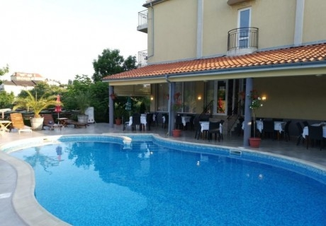 Нощувка на човек със закуска и вечеря + басейн в хотел Дайана бийч***, Синеморец