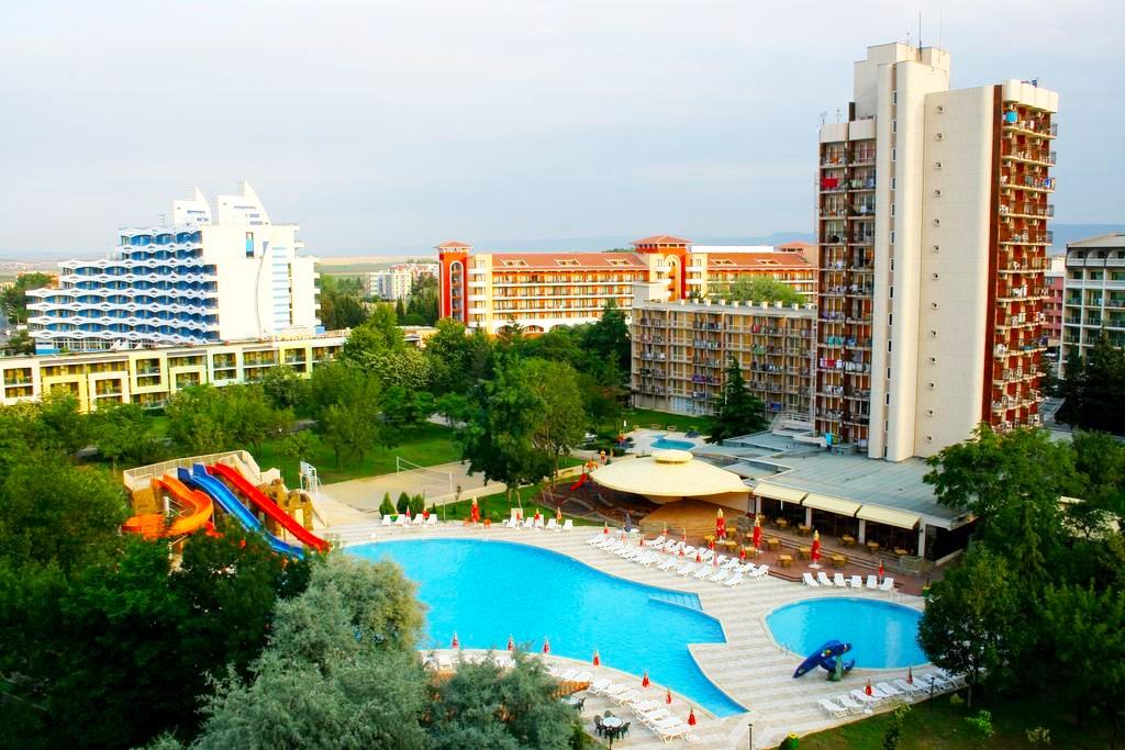 Нощувка на човек  студио със закуска и вечеря + Аквапарк и басейн в хотел Искър, Слънчев бряг на 60м. от плажа
