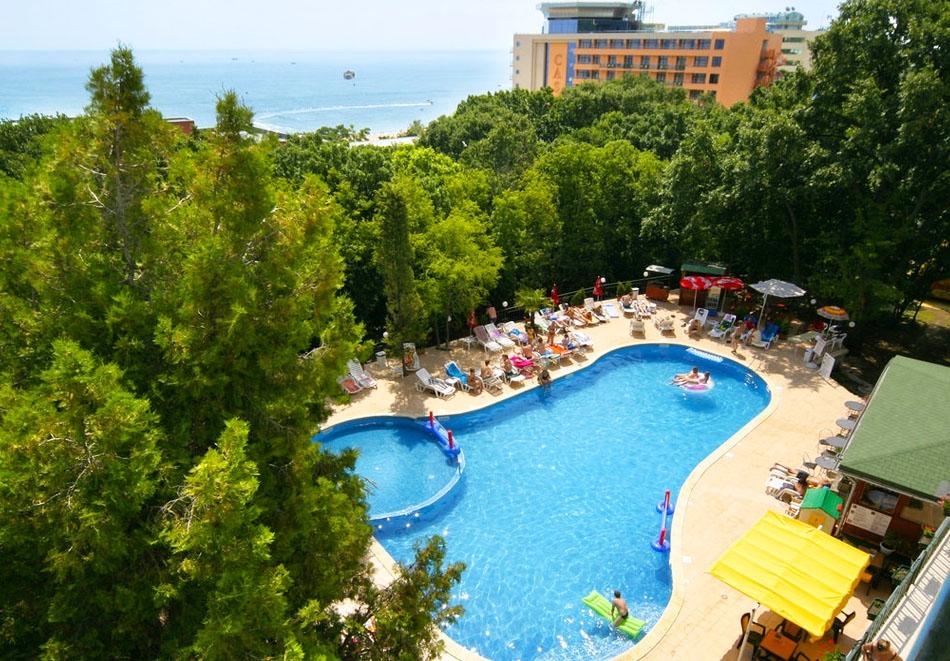 На море в Златни Пясъци! Нощувка на човек със закуска и вечеря + басейн в парк хотел Тинтява***