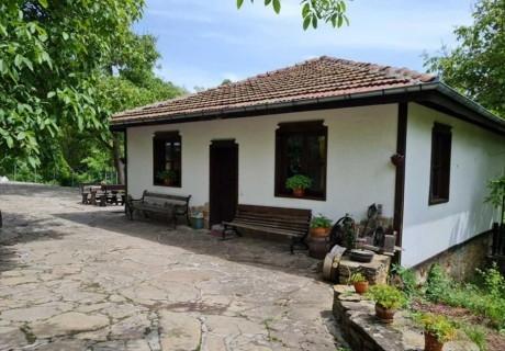 Наем на самостоятелна къща с капацитет до 8 човека с барбекю и механа с камина. Две, три или четири нощувки в къща за гости Под орехите до Трявна