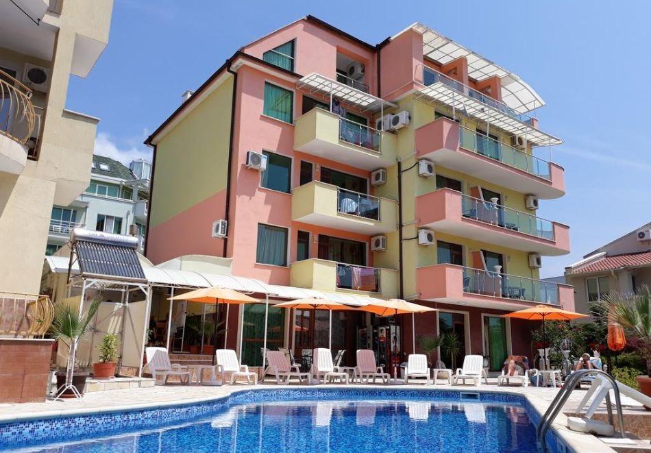 3, 5 или 7 нощувки за трима+ басейн в хотел Ралица, Свети Влас