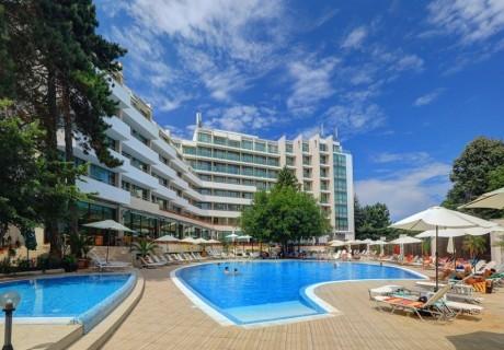 Нощувка на човек със закуска и вечеря с напитки + басейн в хотел Мирабел****, Златни пясъци