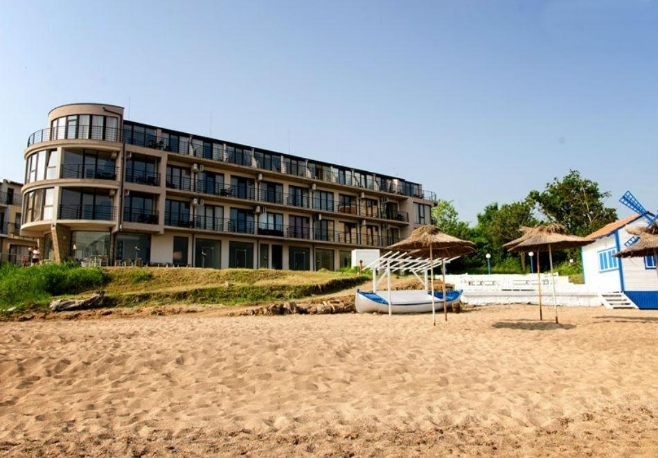 Късно лято на 1-ва линия в Черноморец! Нощувка за двама, трима или четирима със закуска и вечеря + чадър на плажа от Стаи за гости Лост Сити