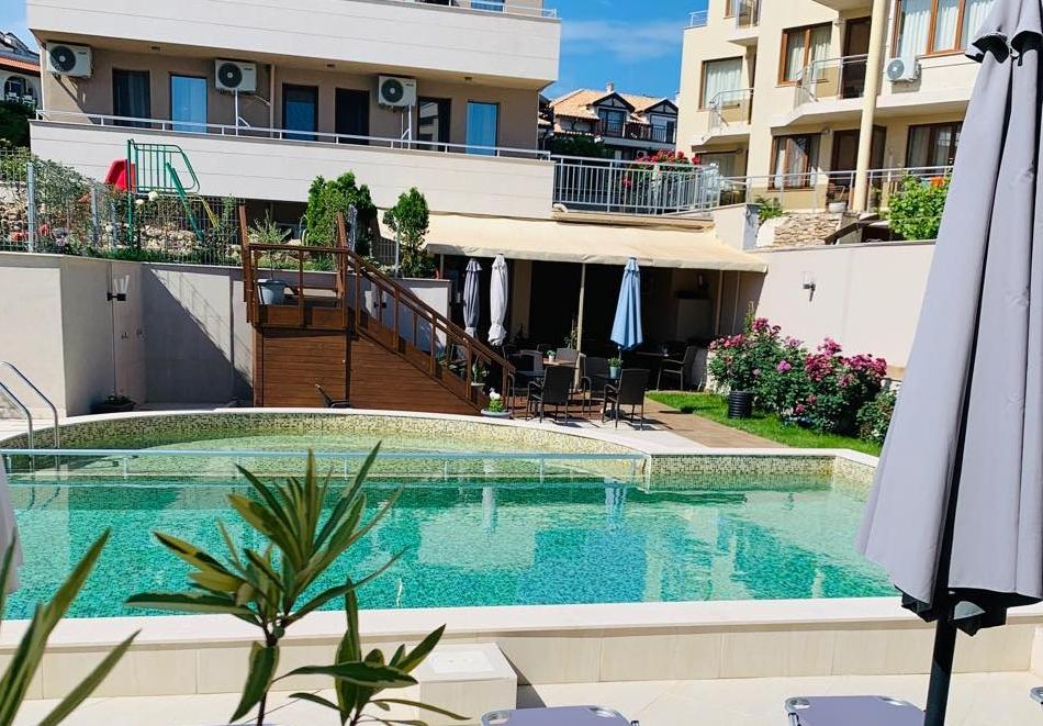 На 100м. от плаж Bamboo Beach. 3, 4 или 5 нощувки със закуски на човек + басейн от Хотел Мелиа Мар, Созопол