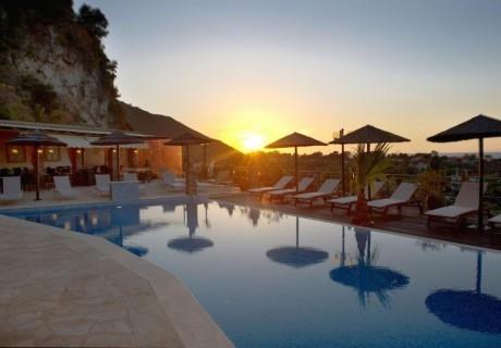 5+ нощувки на човек със закуски + басейн в хотел Kastro Maistro, Лефкада. Дете до 11.99г. БЕЗПЛАТНО