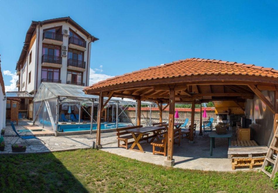 Нощувка за двама със закуска + минерален басейн в семеен хотел Карпе Дием, с. Баня, до Банско