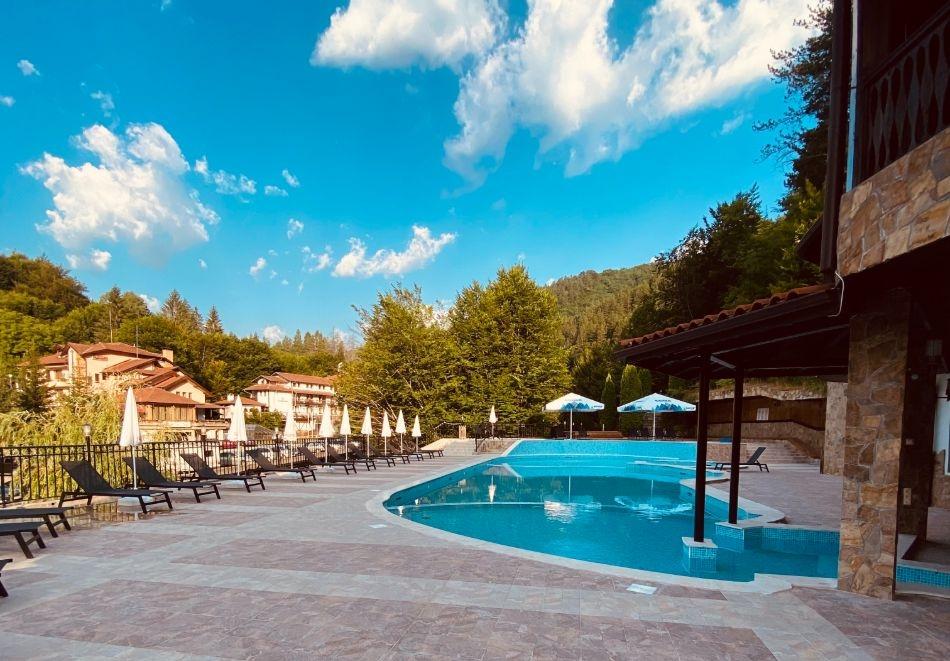 Лято в Чифлика! 3, 5 или 7 нощувки на човек със закуски и вечери + минерален басейн и релакс зона в обновения хотел Алфарезорт Палас