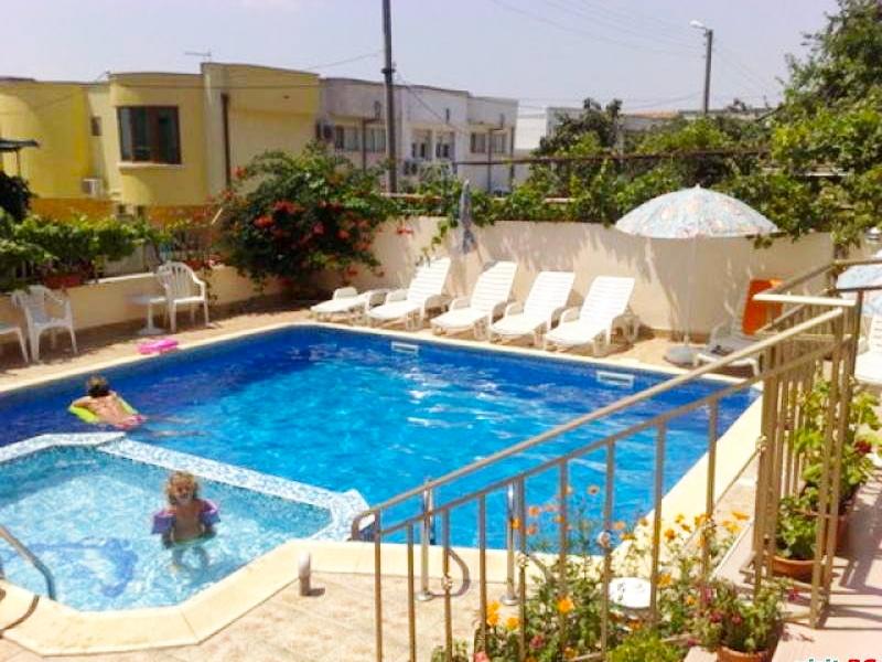 Нощувка на човек + басейн в хотел Лариса, Свети Влас