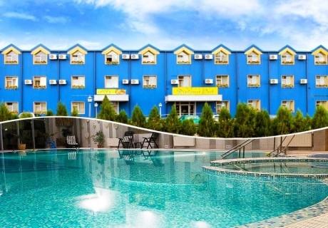 Нощувка на човек със закуска, обяд и вечеря в хотел Дипломат Парк***, Луковит + басейн и СПА зона в хотел Дипломат Плаза****