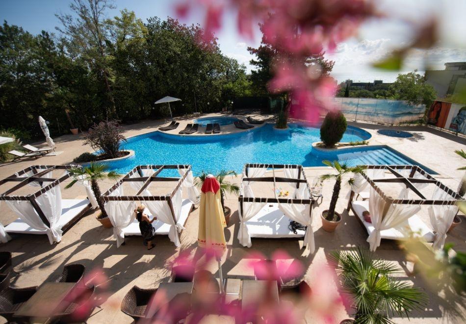 Нощувка на човек на базаUltra All Inclusive + басейн, чадър и шезлонг на плажа от хотел Аполо Спа Ризорт, Златни Пясъци. Дете до 11.99г. БЕЗПЛАТНО!