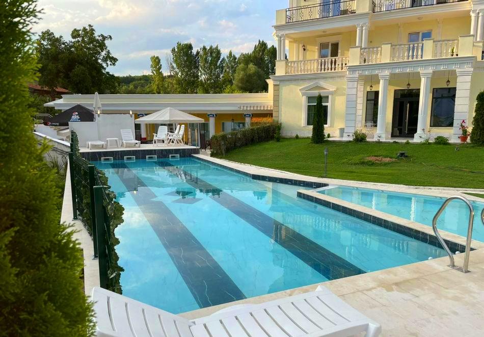 Нощувка на човек със закуска и вечеря + външен и вътрешен басейн с минерална вода и релакс зона от хотел Алексион Палас, Огняново