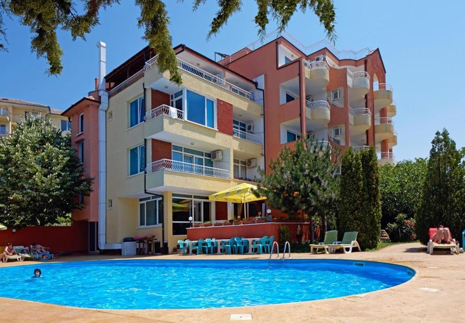 Септември в Свети Влас! 5=7 нощувка за двама или трима + басейн в хотел Консул Блу Сън